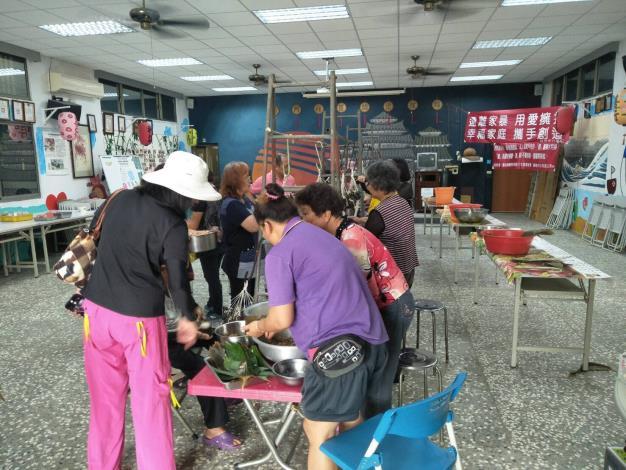 慶端午活動-婆婆媽媽忙著備料包粽子