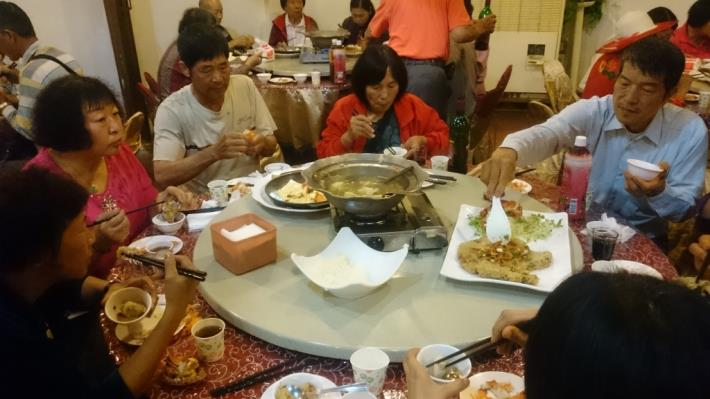 里民們享用合菜晚餐