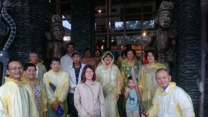 觀摩活動遇到下雨,大家穿起輕便雨衣