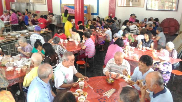 里民們聚在一起開心用餐