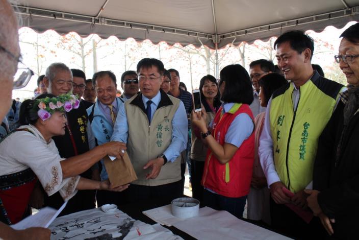 市長參觀書法及國畫作品展示