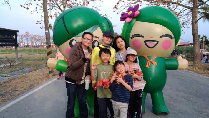 遊客開心與蓮花寶寶合照