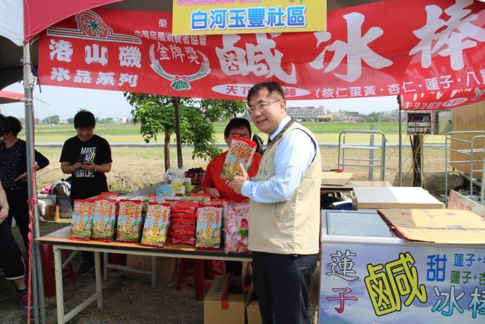 木棉花節記者會照片-市長參觀農夫市集