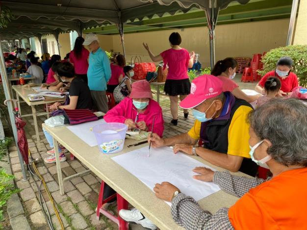 長輩們也來參與寫生畫畫活動