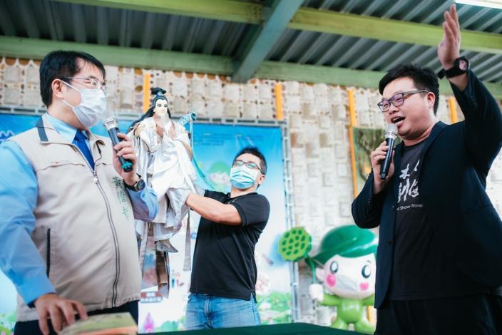 市長與素還真、蘇俊穎木偶劇團等人互動