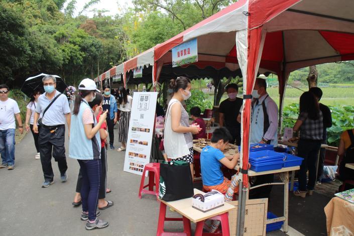 民眾參觀在地農特產品市集攤位.JPG