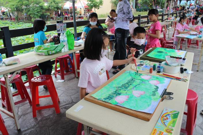 小朋友們為畫好的圖案塗抹上美麗的顏色.JPG