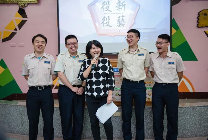 市長夫人劉老師與役男們合影