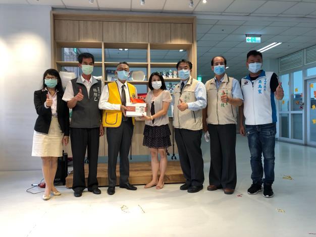 黃偉哲感謝台南市第一獅子會與市府一齊關懷老大人 捐贈「心測寶」及社會服務金予悠然綠園