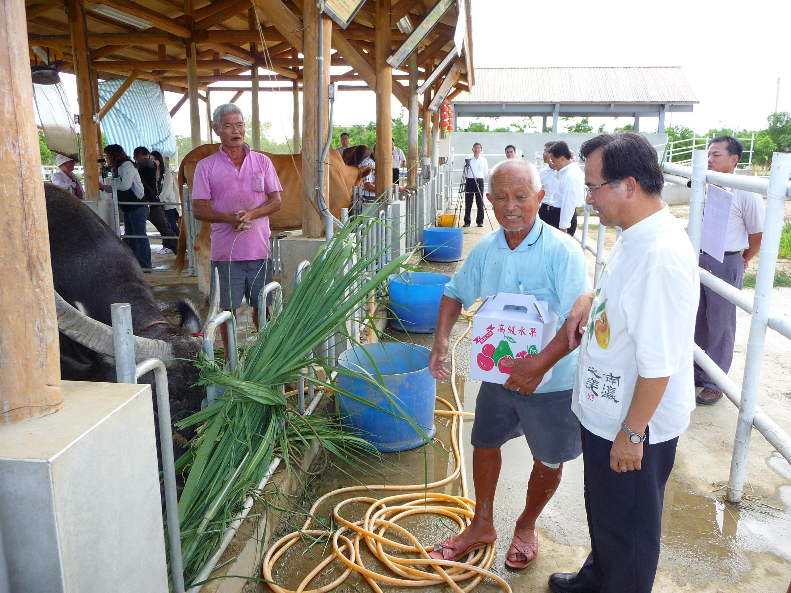 雲林斗六市梁平先生向蘇縣長致謝表示「牛牛」在此受到很好照顧
