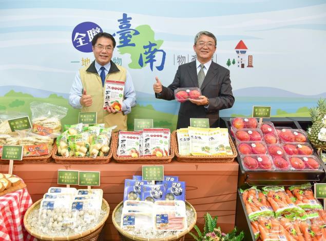 01台南市市長黃偉哲(左)與全聯執行長謝健南(右),力推15款在地美味,邀全民今夏一起呷天