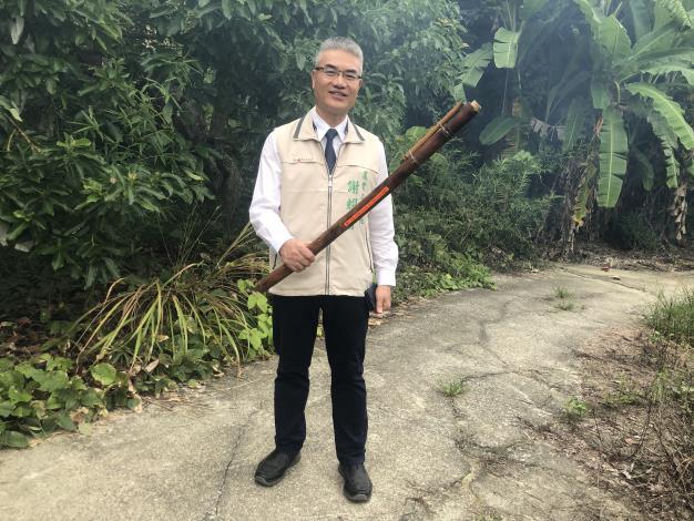 農業局謝耀清局長檢視驅趕臺灣獼猴器具(燃放鞭炮用)