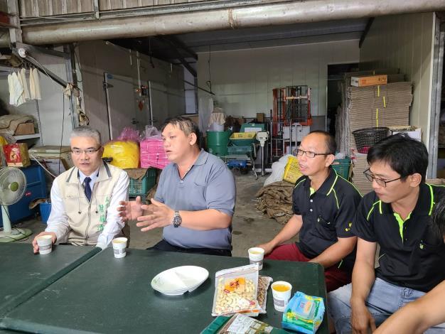 農業局長謝耀清(左一)與楠西區養蜂產銷班第3班班長蔡勝峰(左二)及班員座談情形