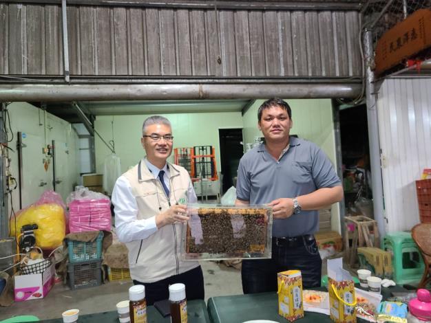 農業局長謝耀清(左)與楠西區養蜂產銷班第3班班長蔡勝峰(右)合影