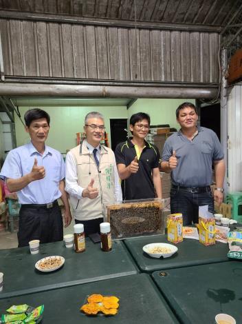 農業局長謝耀清(左二)與楠西區農會總幹事郭冨文(左一)及養蜂產銷班蔡勝峰班長(右一)及班員等人合照
