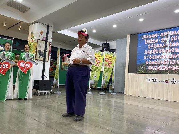 圖3.王丁乙現場製作環保泡棉黑埤遮陽帽