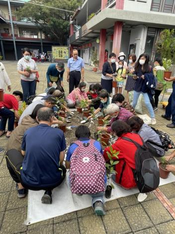圖四、參與講座民眾在蔡老師指導下進行植栽DIY