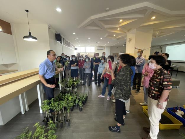 圖一、蔡景株老師於室內課程介紹各種苗木