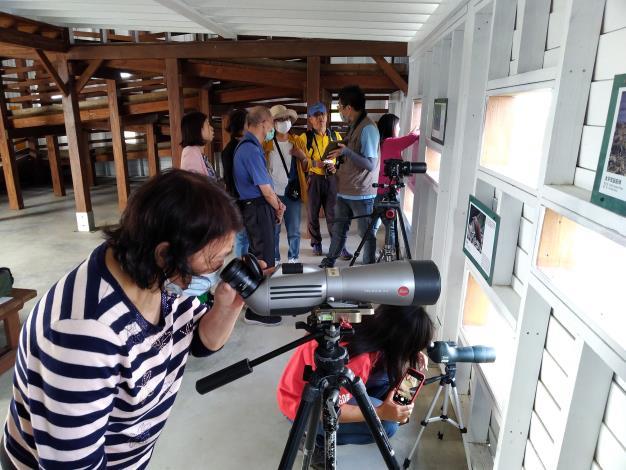 圖三、民眾透過望遠鏡觀賞黑琵(黑琵保育學會提供)