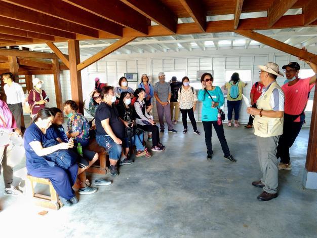 圖二、志工於賞鳥亭提供導覽解說(黑琵保育學會提供)