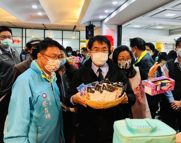 黃偉哲市長(中)、蔡育輝議員(左)、沈家鳳議員(右)推薦台南虱目魚加工品。