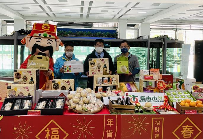 市長推薦臺南市農產運銷公司推出的「臺南古禮椪餅系列禮盒」及鮮果禮盒。