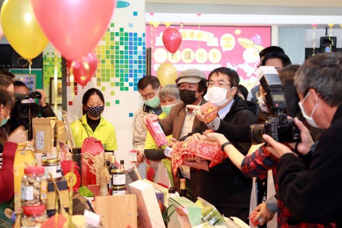 市長黃偉哲發送財神爺米,祝農友及業者們平安招財。