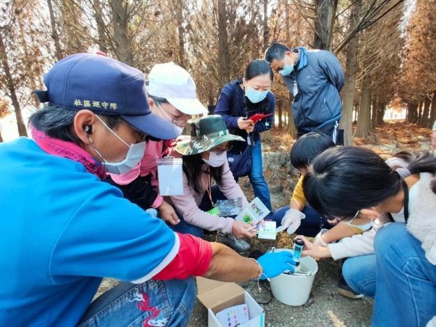 圖二、繽紛落羽松埤遊趣小旅行活動-水質檢測體驗