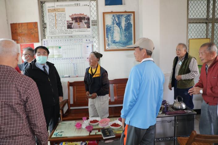 臺南市政府農業局局長陪同市長至後壁菁寮投開票所關心選務情形