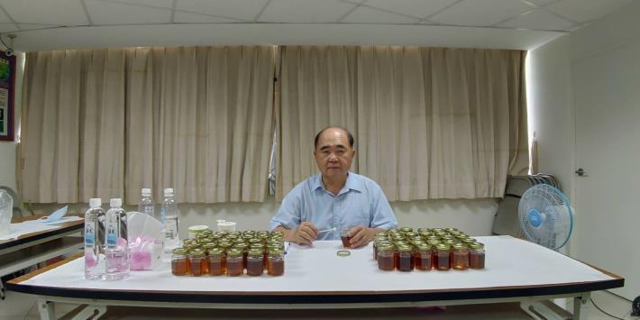 臺灣養蜂協會吳輝虎秘書長進行感官品評