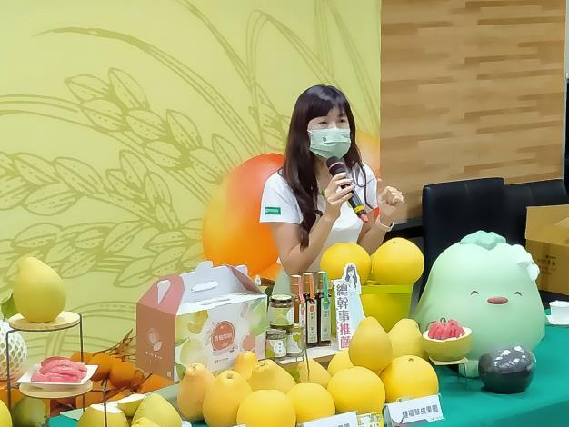 圖2:麻豆區農會孫慈敏總幹事介紹紅臺南紅柚與大白柚營養豐富與多元食用創意。