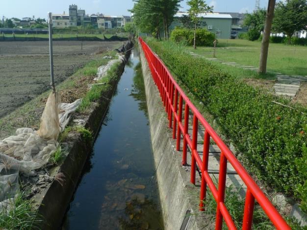水質清澈的生態溝,整潔人行景觀步道