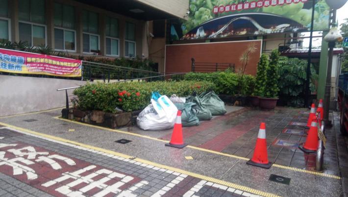 公所前沙包已增調約200包,供民眾需要索取!