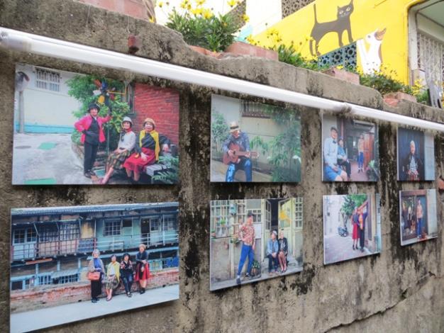 老巷牆上掛上高年級實習生的阿公阿嬤巷弄活動照片