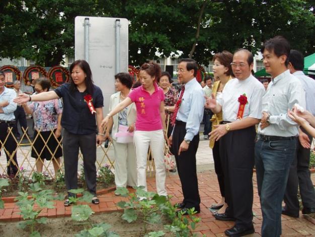 黎區長向市長及來賓介紹菜園環境