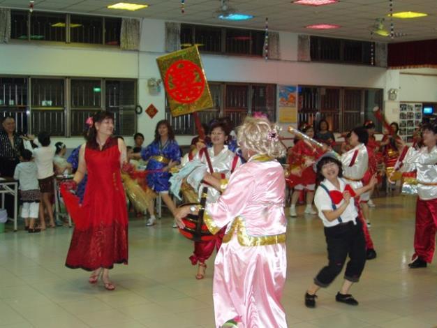 西賢里土風舞班在演出「素蘭要出嫁」土風舞曲