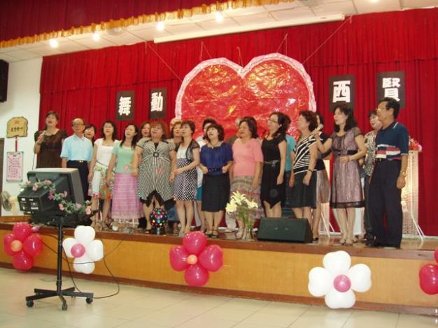 西賢里歌唱班的合唱演出