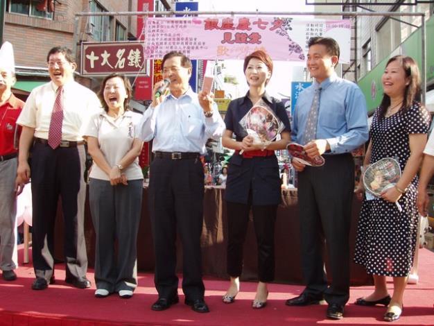 市長在商圈慶七夕活動中進行商品特賣活動情形