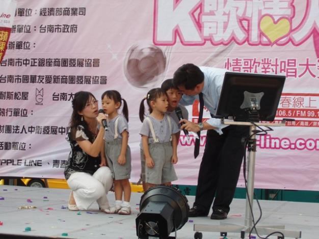 陳宗彥議員全家福一起合唱「私奔到月球」情形