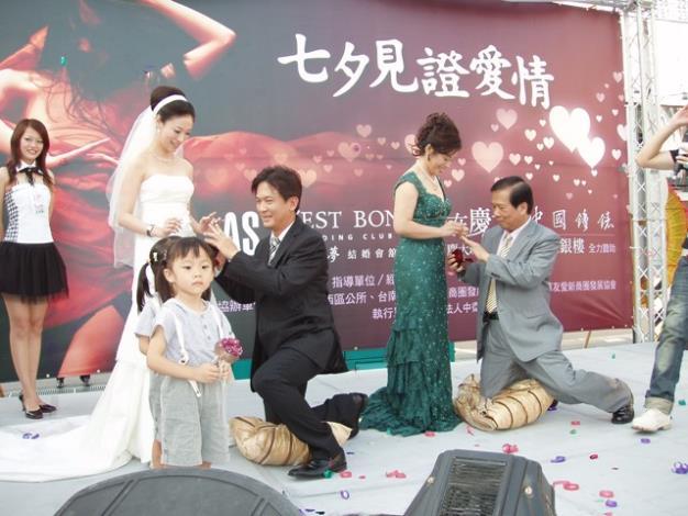 林俊憲議員及中正銀座商圈發展協會理事長郭麒麟二對夫妻一起進行愛的見證
