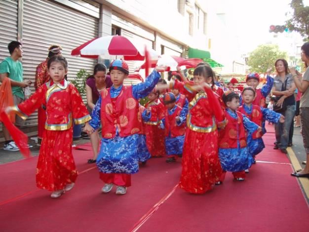 社區小朋友帶來的可愛舞蹈表演