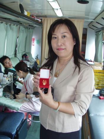 區長獲贈首次捐血紀念章加入捐血人行列