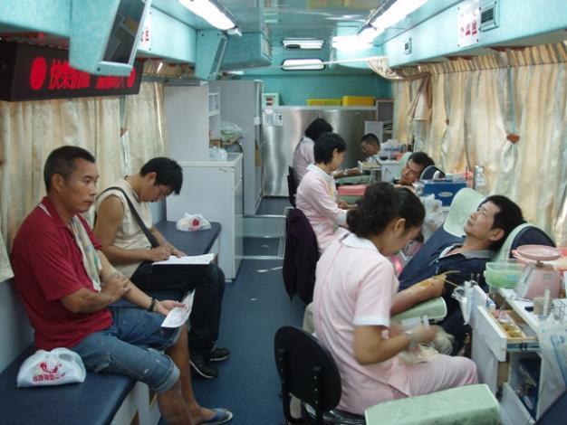 民眾在光賢社區參與捐血情形