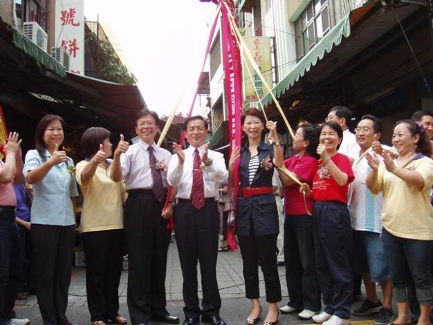 王司長及許市長與黎區長等人東菜市入口意象下拉下彩球祝賀東菜市百週年慶