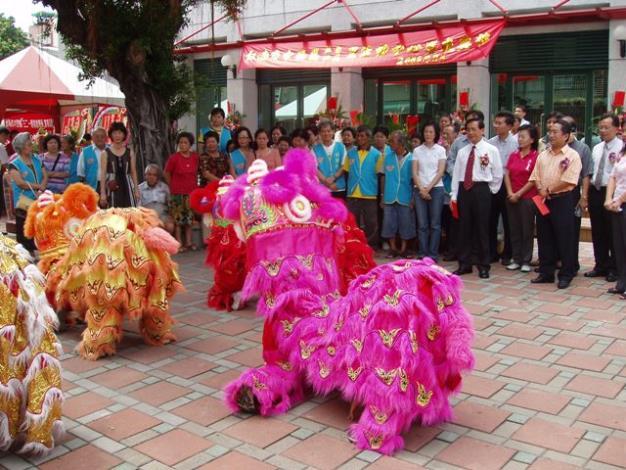博愛國小醒獅團的舞獅表演中為活動中心剪綵啟用揭開序幕