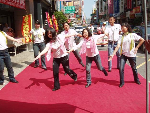 永福里運動舞蹈班的踢踏舞獲得許多的掌聲