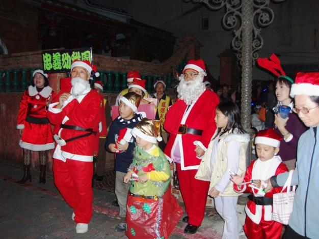 黃里長一身聖誕公公裝扮帶領大家報佳音
