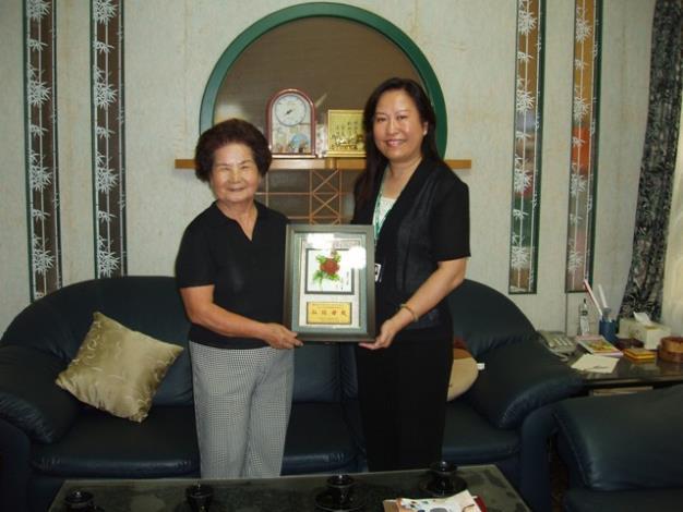 區長拜訪模範母親代表王雲英女士並致贈紀念牌