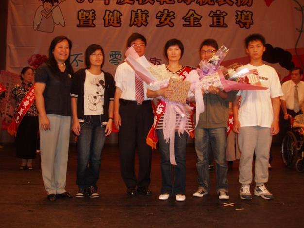 模範母親吳梅蘭女士與子女合影