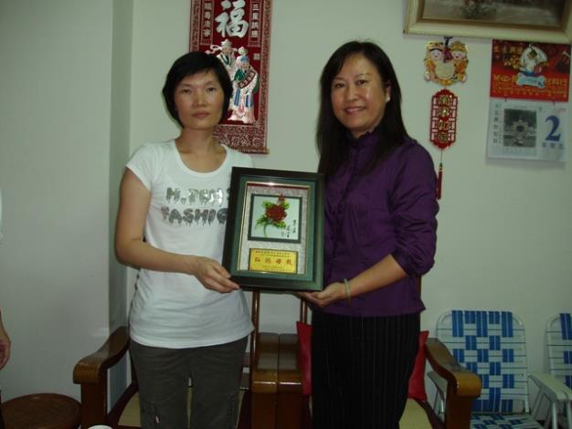 區長拜訪模範母親代表吳梅蘭女士並致贈紀念牌